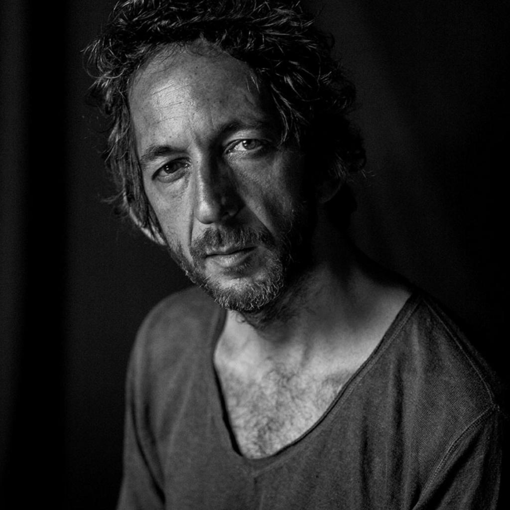 Arthur H. © Gilles Vidal / Hans Lucas - photo recadrée par l'auteur
